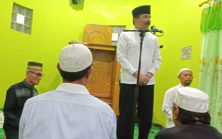 Usai Sholat Subuh Berjamaah,  Kapolda Sumbar Irjen Pol. Drs. H. Fakhrizal, M.Hum. Silaturahmi dan Tampung Informasi Dari Jamaah Masjid Al-Munawaroh Siteba Kecamatan Naggalo Padang.